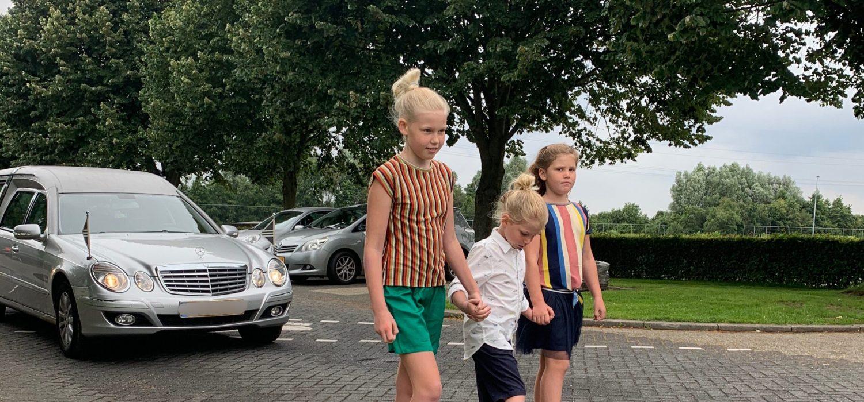foto kids voor rouwauto opa